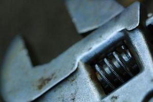 Hvordan erstatte en Startmotoren i en Mitsubishi Eclipse