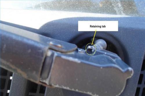 Slik fjerner vindusvisker armene på en Dodge Van