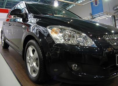 Slik fjerner sur nedbør flekker fra utvendig maling av en svart bil