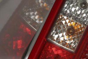 Hvordan erstatte en Hummer Tail Light Bulb