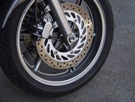 Hvordan fikse en Front Brake Rubbing Wheel på en motorsykkel