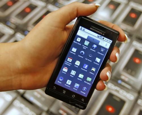 Sette inn et minnekort i en Motorola Droid