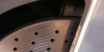 Slik reparerer den Brake Rotor på en 1991 Honda