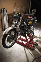 Hvordan Løft en motorsykkel med en Jack