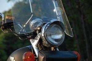 Hvordan du rengjør en plexiglass frontruten på en motorsykkel