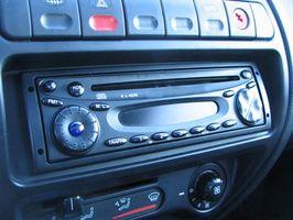 Hvordan kan jeg sette klokken på en Pioneer DEH-P6600 CD-spiller?