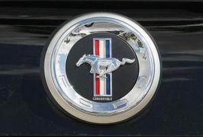 Hvor er den TFI Connector på en Mustang?