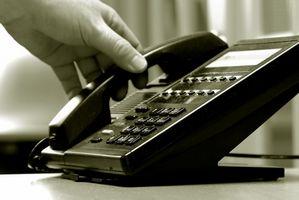 Hvordan overføre en samtale på en fire Line Telefon