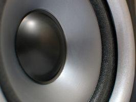 Hvordan Bridge en 8 ohm høyttaler inn i en bil stereo