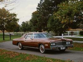 Hvordan konvertere en 1992 Cadillac 4.9 Fra R-12 Freon R-134 Freon